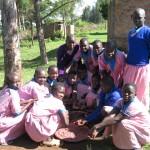 Schülerinnen beim Bohnen aussortieren. (In Kenia arbeiten nur Mädchen und ich in der Küche)