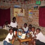Kinder beim Abendessen (Licht nur so hell wegen Blitz Sonst Licht aus Petroleum Lampe)