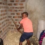 Daudi beim Maisdreschen