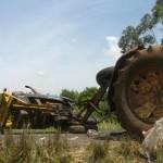 Ein Traktorunfall nahe der Zuckerfabrik. Die Traktoren sind immer überladen und daher ist ein solcher Anblick nicht selten.