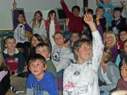 Die Schüler der VS Nassereith wollen alles über Ugari erfahren.