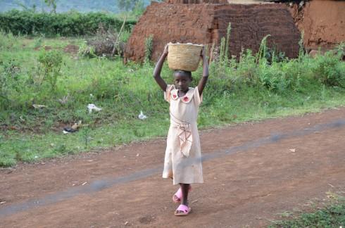 Dieses Mädchen kommt mit gemahlenem Mais von der Mühle. Das Abendessen ist gesichert.