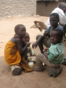 Solange es Milch und Maisbrei gibt, sind die Kinder glücklich.