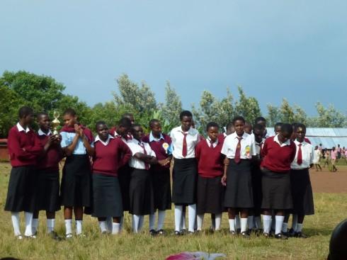 Mädchenteam bei Preisverteilung mit Pokal