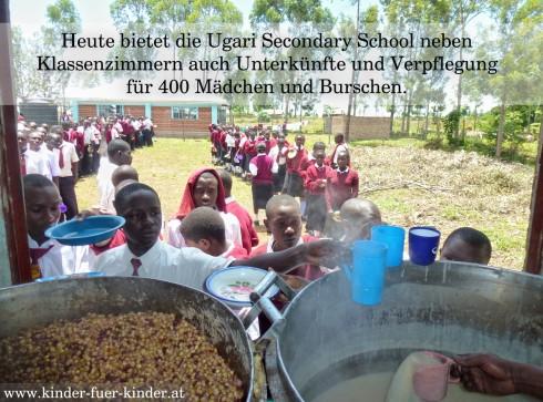 Mittagspause am Schulgelände von Ugari. Heute steht Nyoyo (Mais und Bohnen) und Uji (flüssiger Maisbrei) am Menü.
