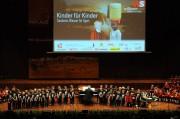 Auch die Nachwuchschöre der Wiltener Sängerknaben sangen für die Schulkinder in Ugari. (Foto: Reinhold Sigl, BIG Detail)