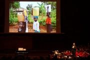 Simon erläutert zudem die Notwendigkeit eines Trinkwasserbrunnens, der den Schülerinnen und Schülern nicht nur ca. 1,5 Stunden täglichen Fußmarsch zum Fluss ersparen, sondern auch das mit verschiedensten Krankheitserregern verunreinigte Flusswasser durch sauberes Trinkwasser ersetzen soll. (Foto: Markus Nolf)