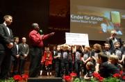 Direktor Rabet Onyango bedankt sich überaus herzlich für das langjährige Engagement der Wiltener Sängerknaben und des Vereins Kinder für Kinder (Foto: Markus Nolf)
