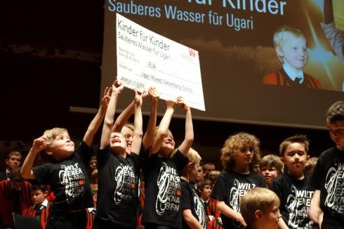 Auch die jüngsten Sängerknaben sind stolz auf den großen Erfolg: 35.000 Euro wurden für den Bau eines Brunnens in Ugari gesammelt. (Foto: Markus Nolf)