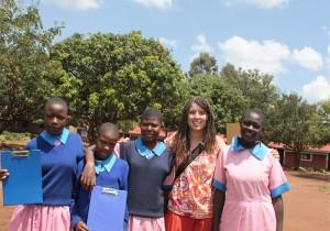 Die ehemalige Volontärin Miriam Morgenbesser mit Schülerinnen der Ugari Primary School (Foto: Miriam Morgenbesser)