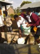 SchülerInnen in Ugari holen Wasser am neuen Brunnen