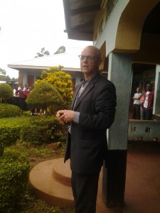 Herr Staudigl spricht zu den Schülern