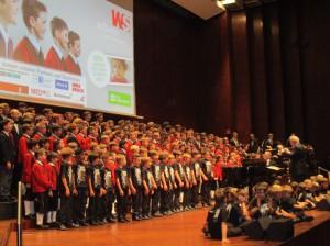Zum Abschluss des Benefizkonzertes standen 160 junge Sänger der Wiltener Sängerknaben und des Texas Boys Choir gemeinsam auf der Bühne und begeisterten das Publikum im Innsbrucker Congress! Foto: Trager