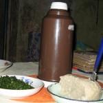 Sukumawiki (grün) Ugali und Chai (in Thermos)