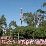 Assembley am Freitagmorgen (Die Schule kommt zusammen, die Fahne wird gehisst, die Nationalhymne gesungen und gebetet.)